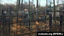 Наведніца Карабанаўскіх могілак прыбірае да Дзядоў магілкі сваіх памерлых
