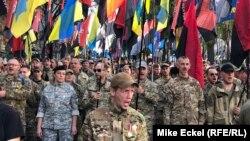 Hiljade Ukrajinaca marširaju Kijevom pod zastavama i barjacima desničarskih i nacionalističkih grupa na obeležavanju praznika Dan branitelja 14. oktobra.