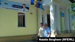 Ce se întâmplă la sediile partidelor în timp ce moldovenii ies la vot?