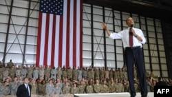 АҚШ президенті Барак Обама Ауғанстандағы АҚШ әскері алдында сөйлеп тұр. 1 мамыр 2012 жыл.