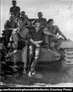 Томас Мур участвовал во Второй мировой войне, получил звание капитана и был отправлен в Индию.