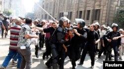 Полиция Мұхаммед Мурсидің жақтастарын әкетіп барады. Египет, Каир, 13 тамыз 2013 жыл