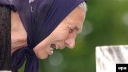 Srpkinja plače na grobu ubijenog člana porodice u Bratuncu, u blizini Srebrenice.