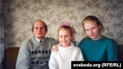 Лявон Баршчэўскі з дочкамі Веранікай і Аленай