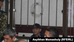 Руслан Кулекбаев (в центре), обвиняемый в вооруженных нападениях 18 июля, унесших жизни десяти человек. Алматы, 2 ноября 2016 года.