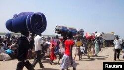 Sudani Jugor - Personat e zhvendosur bartin gjësendet elementare me vete, përderisa po ikin nga një streh në tjetrën, për t'i ikur luftimeve, 05 janar, 2014