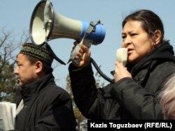 Қанат Ибрагимов митингі модераторы болып тұр. Алматы, 24 наурыз 2012 жыл.