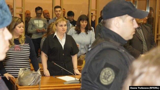 """Обвиняемых в """"аквариуме"""" два дня держали в наручниках"""