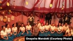 Оңайша Мандоки Астанаға өнер көрсетуге келген Венгрияның ұлттық би тобының ортасында