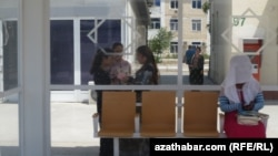 Автобусная остановка в Ашхабаде, июль, 2018