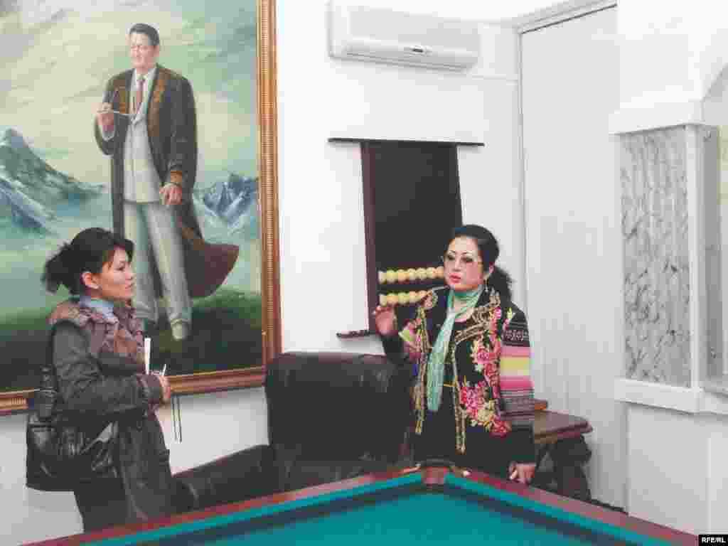 Макпал Жунусова (справа) показывает комнату, где Заманбек Нуркадилов был найден мертвым. Алматы, 27 октября 2006 года. - Макпал Жунусова в Доме-музее Заманбека Нуркадилова. Алматы, 27 октября 2006 года.