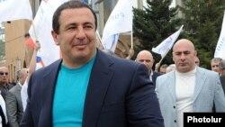 Armenia - Businessman Gagik Tsarukian and his chief bodyguard Eduard Babayan (R) at an election campaign rally in Hrazdan, 11 April 2012.