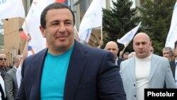 Գագիկ Ծառուկյան, հետին պլանում՝ Էդուարդ Բաբայան