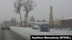"""Частный автомобиль со спецсигналами, стоящий вдоль трассы рядом с торговым центром """"Ушконыр"""". Алматинская область, декабрь 2015 года."""