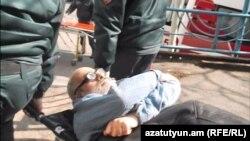 Полицейские везут Гаспари в суд, 15 февраля 2016 г.