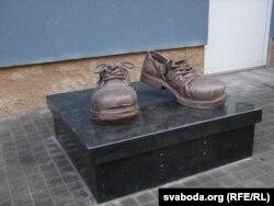 Скульптура чаравікам страхавога агента ў Кіеве на Беларускай вуліцы