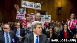 همزمان با حضور جان کری در نشست کمیته روابط خارجی سنا در اسفند ۹۴، معترضان پلاکاردهایی را در مخالفت با کمکهای مالی و نظامی به عربستان، مصر و اسرائیل بر سر دست دارند.