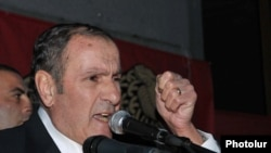 Armenia -- Opposition leader Levon Ter-Petrosian addresses the rally in Yerevan. 30Sept., 2011