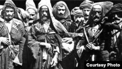 На Кавказе отношение к абрекам (людям вне закона) было всегда неоднозначно: в основном ими становились не от хорошей жизни