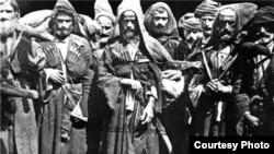 Первые две сотни Черкесского конного полка состояли из адыгского населения Екатеринодарского и Майкопского отделов, третья сотня - из карачаевцев Лабинского отдела, а четвертая – из абхазов, среди которых было и небольшое число мегрелов