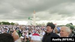 Изге Болгар җыенына килгән халык. 18 июнь, 2011 ел