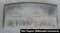حکاکی سنگ، بازگرداندن پیکر یکی از قربانیان این حادثه به ادینبرا را نزدیک به چهار دهه پس از مفقود دو کشتی نشان میدهد.