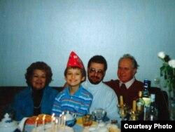 Лідзія Іванаўна і Ўсяслаў Гаўрылавіч Гарэцкія з сынам Кірылам і ўнукам Максімам. 1996 г.
