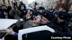 Во время задержания участников акции у Центрального банка в Москве