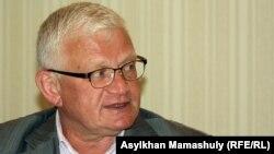 Оппозициялық саясаткер Петр Своик. Алматы, 24 сәуір 2013 жыл.