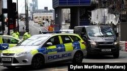 Лондон көпірі маңында тұрған полиция. 4 маусым 2017 жыл.
