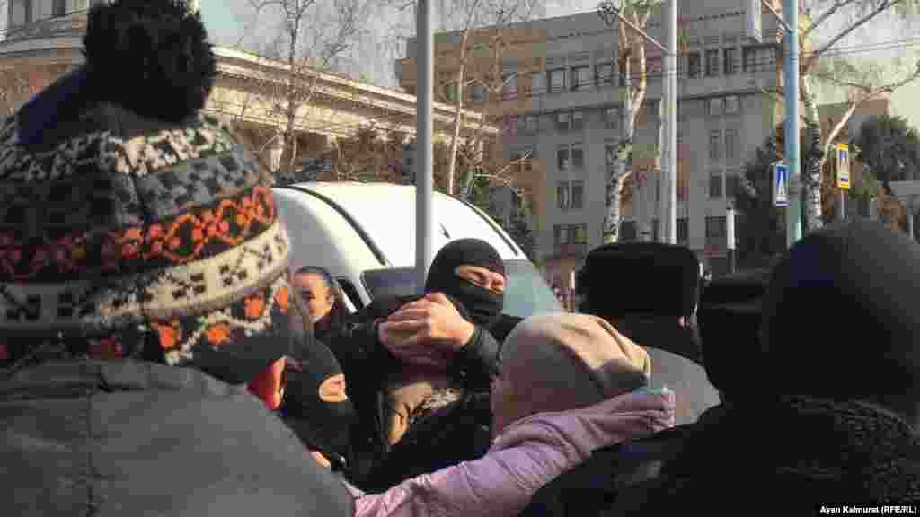 Орган өкілдері ұстаған тұрғындардың бірі тұншығуға аз қалды. Алматы, 27 ақпан 2019 жыл.
