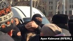 Полицейские задерживают людей у офиса «Нур Отана». Алматы, 27 февраля 2019 года.
