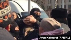 """""""Нұр Отан"""" партиясы кеңсесінің қасында полиция адамдарды ұстап жатыр. Алматы, 27 ақпан 2019 жыл."""