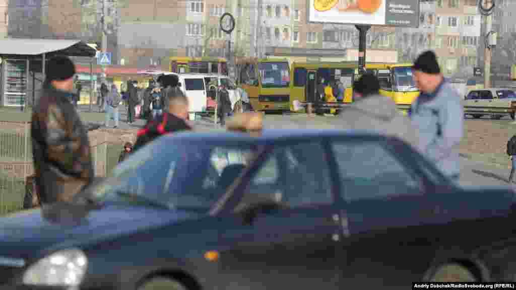 Поруч з зупинкою на клієнтів чекали таксисти. Але особливою популярністю їхні послуги не користувалися. Більшість людей використовує онлайн сервіси таксі. Вартість їхніх послуг суттєво не зросла через загальне зниження пасажиропотоку, та через те, що багато власників авто вирішили підзаробити після закриття на карантин підприємств, де вони працюють