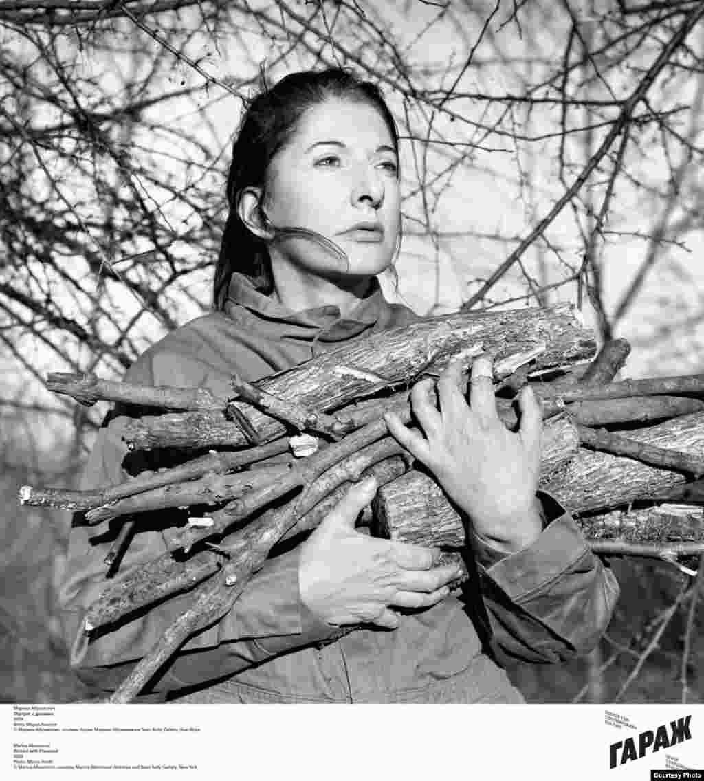 Марина Абрамович. Портрет с дровами. 2009