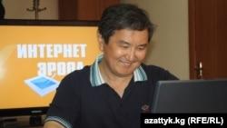 """Марат Султанов отвечает на вопросы аудитории Радио """"Азаттык"""" во время он-лайн конфернции, Бишкек, 29 июня 2011 года."""