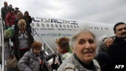 Новые репатрианты из Украины сходят с самолета в израильском аэропорту Бен-Гуриона