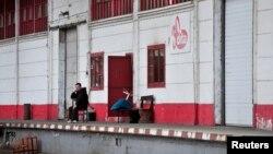 """Radnik ispred tvornice """"Dita"""""""