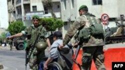 نیروهای ارتش لبنان در خیابانها ستقر شده و می کوشند در این شهر جنگ زده نظم را برقرار کنند. (عکس از AFP)