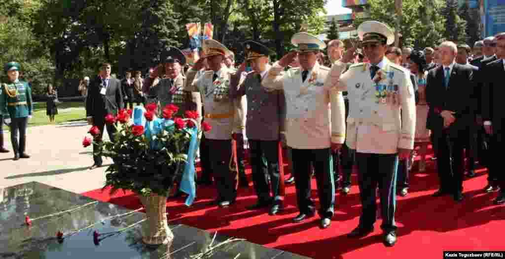 Генералы у Вечного огня в Парке имени 28 гвардейцев-панфиловцев. Алматы, 9 мая 2013 года.