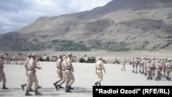 Таулы Бадахшан автономиялық аймағындағы Хорог қаласында жаттығуда жүрген тәжікстандық сарбаздар. 3 мамыр 2013 жыл.