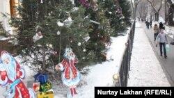 Новогодние декорации рядом со зданием медицинского колледжа. Алматы, 20 декабря 2014 года.