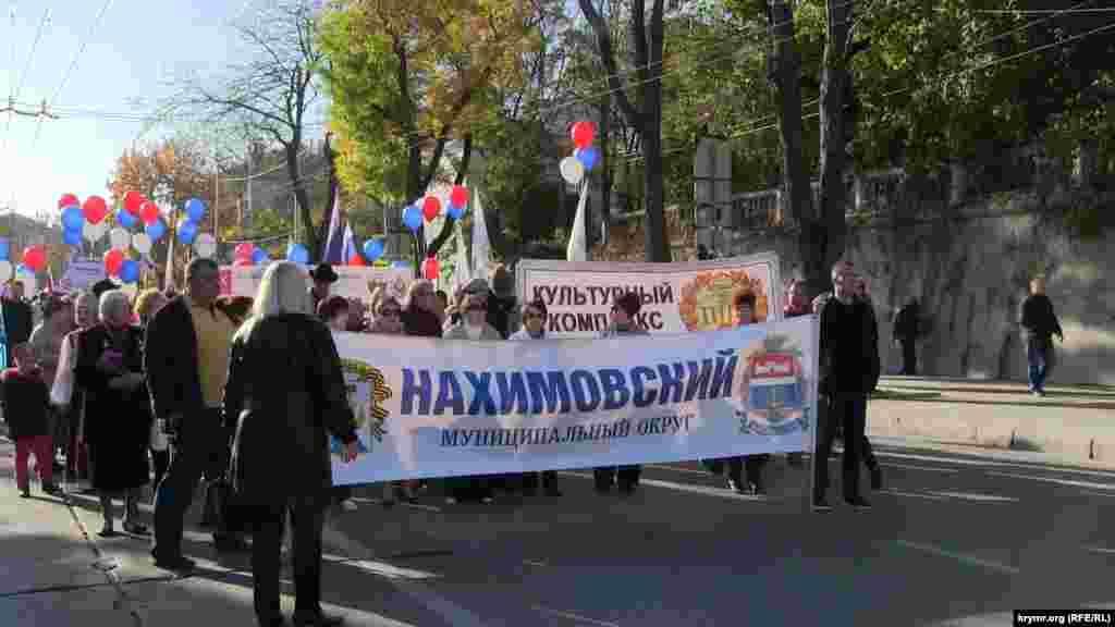 В Севастополек российскому «Дню народного единства» прошел марш, в котором участвовали городские чиновники, сотрудники местных предприятий и учебных заведений