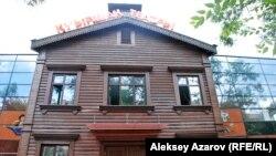 Қуыршақ театрының фасады. Алматы, 24 шілде 2013 жыл.
