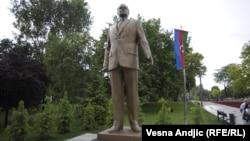 Spomenik diktatoru, bivšem azerbejdžanskom predsedniku Hajdaru Alijevu, u beogradskom parku Tašmajdan