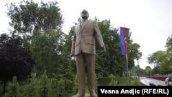 Памятник Гейдару Алиеву в Белграде.