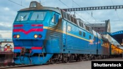 Электровоз на украинской железной дороге (архивный снимок)