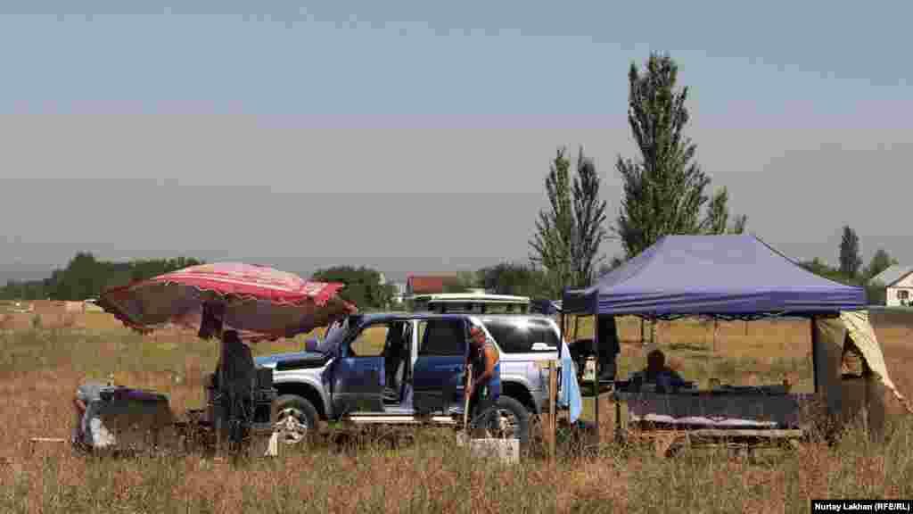 Мал сатушылар үш күн бұрын Алматы облысы Райымбек ауылынан келгендеріне айтады.