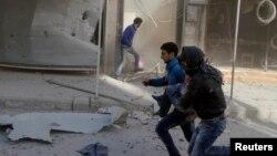 Жардыруудан качып бараткан адамдар. Сирия
