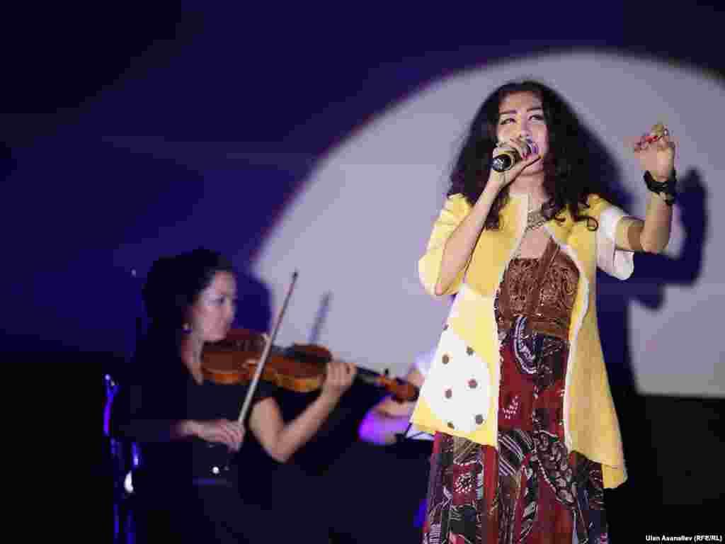 Поп-певица Каныкей на открытии фестиваля